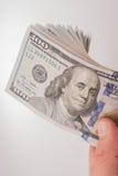 Americano 100 banconote del dollaro disposte su fondo bianco Fotografie Stock