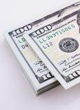 Americano 100 billetes de banco del dólar colocados en el fondo blanco Imagenes de archivo