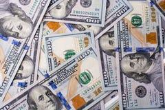 Americano 100 billetes de banco del dólar colocados en el fondo blanco Foto de archivo libre de regalías