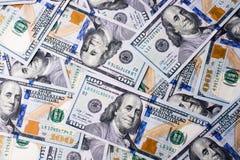Americano 100 billetes de banco del dólar colocados en el fondo blanco Imágenes de archivo libres de regalías