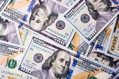 Americano 100 billetes de banco del dólar colocados en el fondo blanco Fotos de archivo