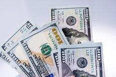 Americano 100 billetes de banco del dólar colocados en el fondo blanco Imagen de archivo libre de regalías