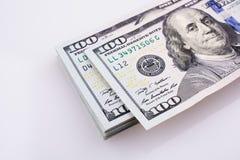 Americano 100 billetes de banco del dólar colocados en el fondo blanco Fotos de archivo libres de regalías