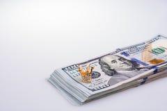 Americano 100 billetes de banco del dólar y una corona Foto de archivo libre de regalías