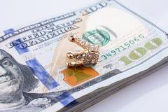 Americano 100 billetes de banco del dólar y una corona Fotografía de archivo libre de regalías