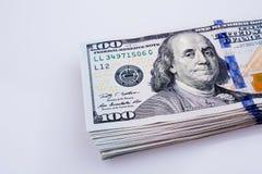 Americano 100 cédulas do dólar colocadas no fundo branco Imagens de Stock