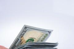 Americano 100 cédulas do dólar colocadas no fundo branco Imagens de Stock Royalty Free