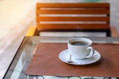 Americano chaud, café noir dans la tasse blanche sur la table en bois Photos libres de droits
