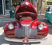 Americano classico Chevrolet con il cappuccio aperto fotografie stock