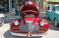 Americano classico Chevrolet con il cappuccio aperto immagine stock