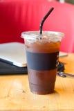 Americano délicieux de café de glace avec l'ordinateur portable d'ordinateur Photo stock