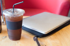 Americano délicieux de café de glace avec l'ordinateur portable d'ordinateur Photos stock