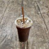 Americano délicieux de café de glace sur la vieille table en bois Photo stock