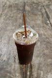 Americano délicieux de café de glace sur la vieille table en bois Photo libre de droits