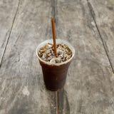 Americano délicieux de café de glace sur la vieille table en bois Image libre de droits