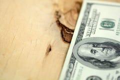 Americano 100 dólares no fundo de madeira Imagens de Stock