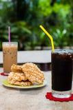 Americano de café de glace avec le biscuit de riz (Khao Tan) Image libre de droits