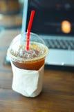 Americano de café de glace avec le carnet d'ordinateur portable Photos libres de droits