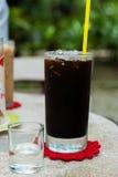Americano de café de glace avec le sirop sur la table. Photographie stock libre de droits