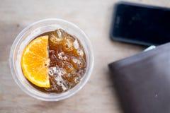 Americano de glace avec le morceau d'orange Image stock