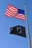 Americano e bandeiras do PRISIONEIRO DE GUERRA Imagem de Stock Royalty Free