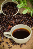 Americano et grains de café de rôti Image stock