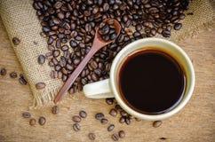 Americano et grains de café de rôti Images libres de droits