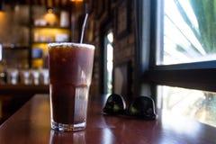 Americano förkylning är favorit- supare för ett kaffe föredrar bitterheten och friskheten royaltyfria foton
