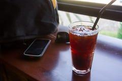 Americano förkylning en favorit av kaffesupare, inte det sött och krämigt arkivfoto