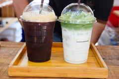 Americano glacé de café noir et latte glacé de thé vert Images stock
