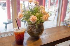 Americano a glacé le café sur la table en bois Photo stock