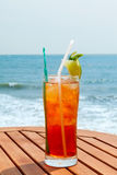 Americano koktajl z lodem na stole Fotografia Stock
