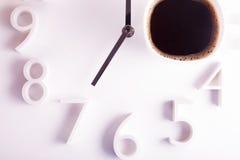 Americano ou café avec un matin d'horloge réveillent le concept Photos stock