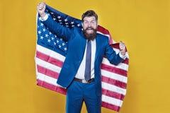 Americano pelo nascimento Rebelde pela escolha Homem farpado considerável do homem de negócios seguro na bandeira formal EUA da p foto de stock