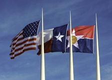 Americano, Texas e cidade de Dallas Flags imagem de stock