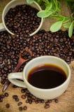 Americano y granos de café de la carne asada Imagen de archivo