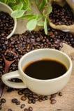 Americano y granos de café de la carne asada Fotografía de archivo