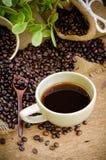 Americano y granos de café de la carne asada Fotografía de archivo libre de regalías