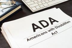 Americanos com o ADA do ato das inabilidades e os vidros fotos de stock royalty free