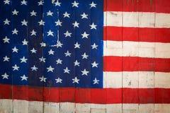 Amerika flagga på träväggen Arkivbild