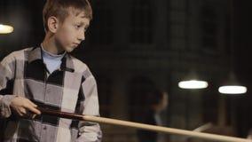 Amerikaans Biljart Jongen in overhemds speelbiljart, snooker Het jonge geitje raakt de bal stock footage