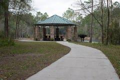 Amerikaans bosbbq picknickgebied in park op meer stock foto's