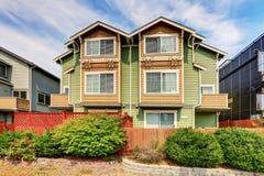 Amerikaans halfvrijstaand huis voor twee families Groene buitenverf stock foto