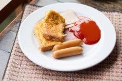 Amerikaans hartelijk ontbijt met worst, ham, Omelet en ketchup royalty-vrije stock afbeelding