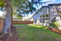 Amerikaans huis buiten met terrasgebied in de binnenplaats Royalty-vrije Stock Foto