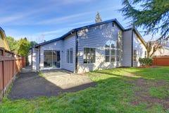 Amerikaans huis buiten met terrasgebied in de binnenplaats Royalty-vrije Stock Fotografie