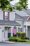 Amerikaans huis en een vlag royalty-vrije stock afbeeldingen