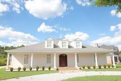 Amerikaans Huis: Het Huis van Upscale van de zuidelijk-stijl Royalty-vrije Stock Foto
