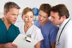 Amerikaans medisch team dat aan het ziekenhuisafdeling werkt stock foto's