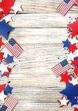 Amerikaans onafhankelijkheidsdag, viering, patriottisme en vakantieconcept - vlaggen en sterren op vierde van Juli-partij op bove Stock Afbeeldingen